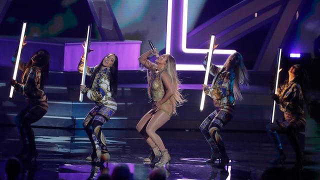 Jennifer Lopez performt ein Medley ihrer Songs.