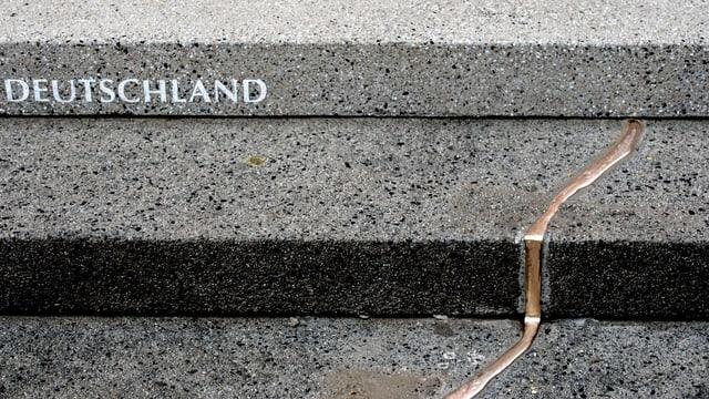 Der bronzene Riss auf einer Betontreppe am Breitscheidplatz.