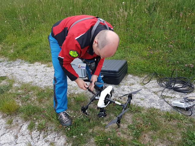 Mann mit Drohne in der Hand
