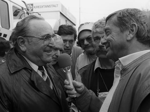 Sepp Renggli (rechts) interviewt Tourleiter Sepp Voegeli an der Tour de Suisse 1987.