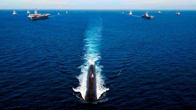 Kriegsschiffe auf dem offenen Meer