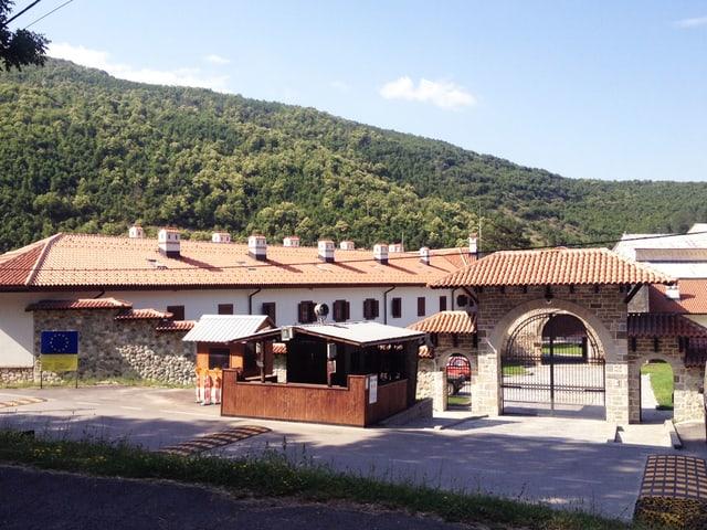 Klostereingang mit Hütte für Soldaten.
