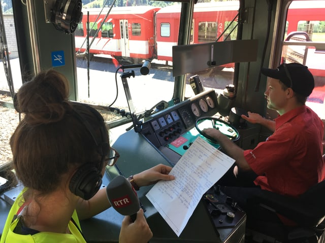 Gierina Gabirel rapporta live al radio da sias impressiuns en viadi cun il locomotivist.
