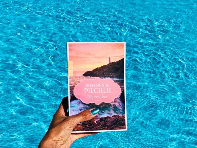 «September» von Rosamunde Pilcher vor leuchtend blauem Wasser