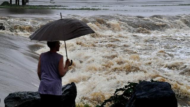 Eine Frau im Regen.
