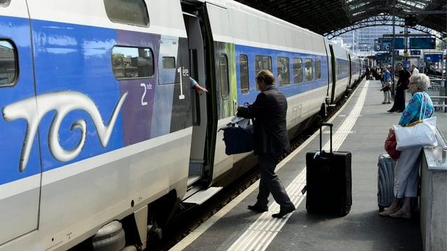 Passagiere im Bahnhof Lausanne steigen in de TGV Richtung Paris.