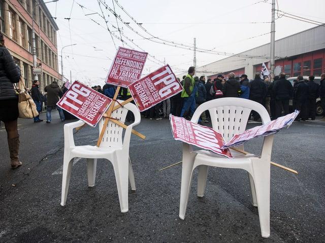 Streikende vor dem Bus- und Tramdepot