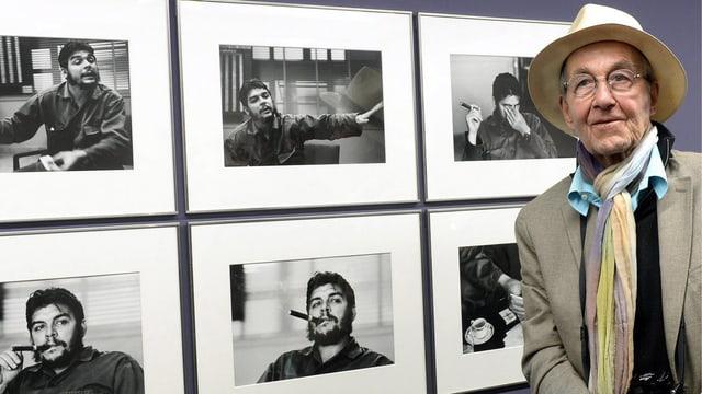 Burri vor einer Ausstellung mit Fotos von Che Guevara.