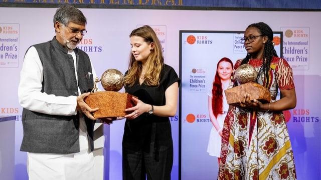 Luisa Neubauer (links) nahm den Preis für Greta Thunberg entgegen, neben ihr ist die zweite Preisträgerin Divina Maloum.
