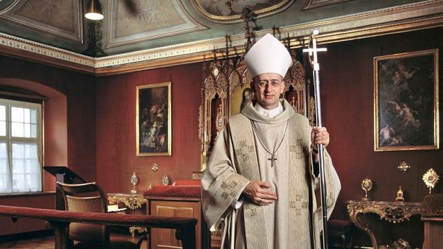 Abt Martin Werlen in prunkvollem Raum im Kloster Einsiedeln.
