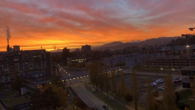 Blick über Bern mit senkrechter Dampffahne, schönem Morgenrot und Föhnstimmung über den Alpen.