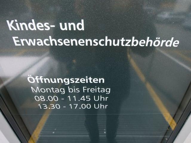 Aufschrift der KESB an der Eingangstür eines Büros.