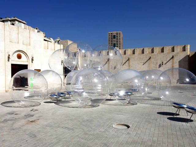 Riesen-Seifenblasen im Hof.