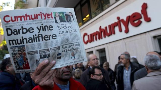 demonstraziun avant la redacziun da la gasetta tirca Cumhuriyet