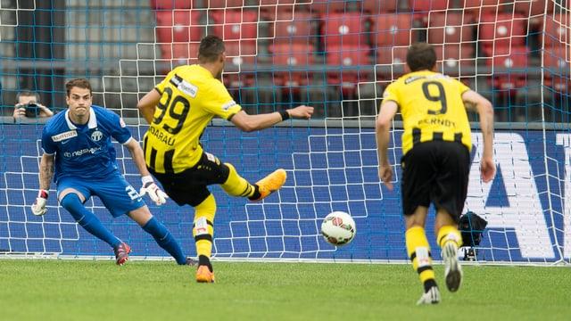 Hoarau verwandelt den Elfmeter zum entscheidenden 1:0.