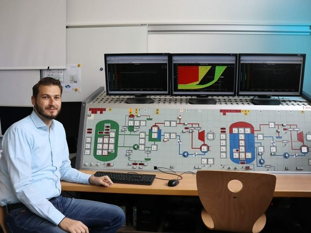 Petros Papadopoulos, Dozent an der Nukleartechnikerschule, vor dem Simulator.