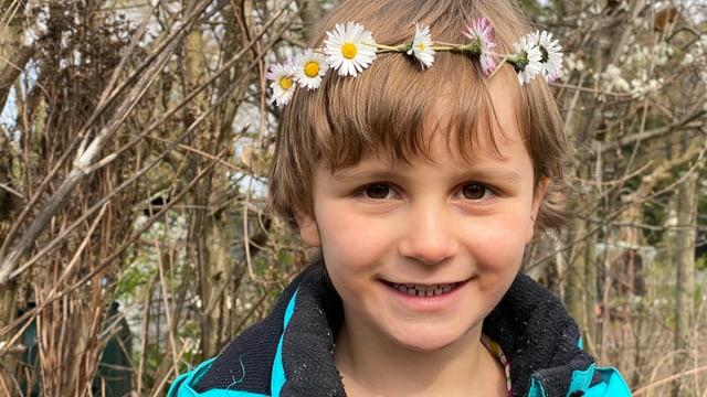 Kind mit Blumenkranz um den Kopf