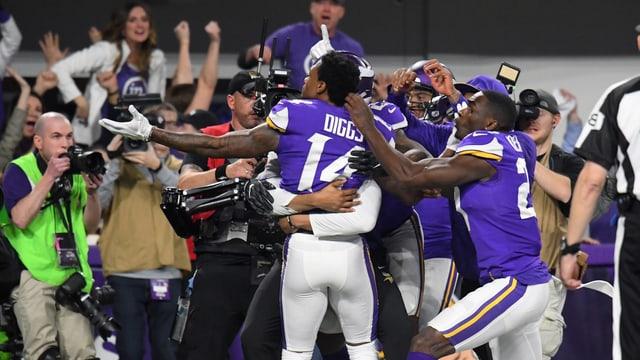 Stefon Diggs von den Minnesota Vikings lässt sich feiern.