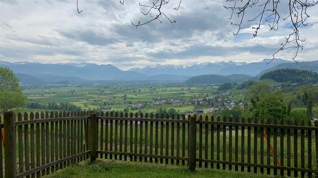 Ausblick aus einem Garten über das St. Galler Rheintal und die Alpen in der Ferne.