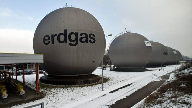 Mehrere Kugelspeicher für Erdgas in einer Reihe.