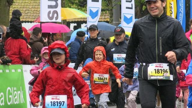 Kinder und Erwachsene laufen durch die Luzerner Innenstadt.