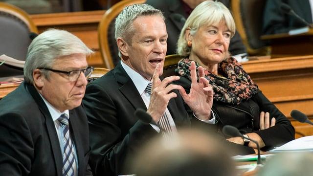 Werner Luginbühl im Ständerat zwischen zwei Amtskollegen.