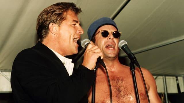 Don Johnson und Bruce Willis singen gemeinsam auf der Bühne.