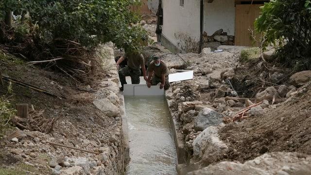 Einsatzkräfte der Schweizer Armee kämpfen gegen die Überschwemmungen.