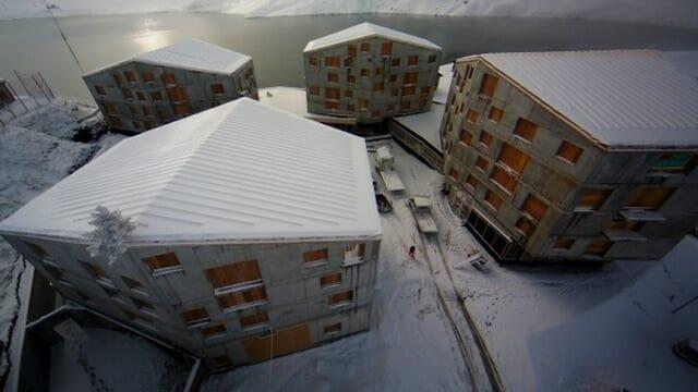 Überbauung mit Schnee auf dem Dach.