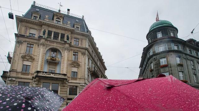 Regenschirme auf dem Bieler Zentralplatz.