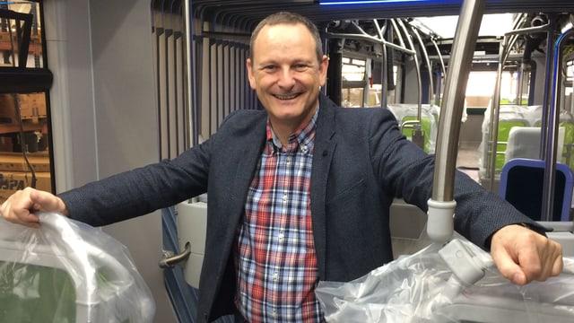 Ein Mann steht im Innern eines Buses, der bald ausgeliefert wird.
