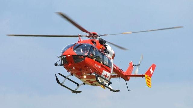 Ein Helikopter der Rega fliegt in der Luft