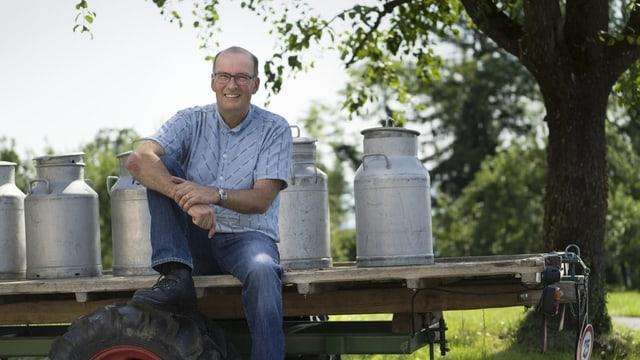 Ritter posiert mit Traktor und Milchkannen