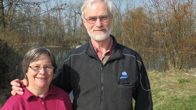 Die beiden freuen sich im März 2014 sichtlich auf die Spende der Odd Fellows, die das neue Boot ermöglicht.