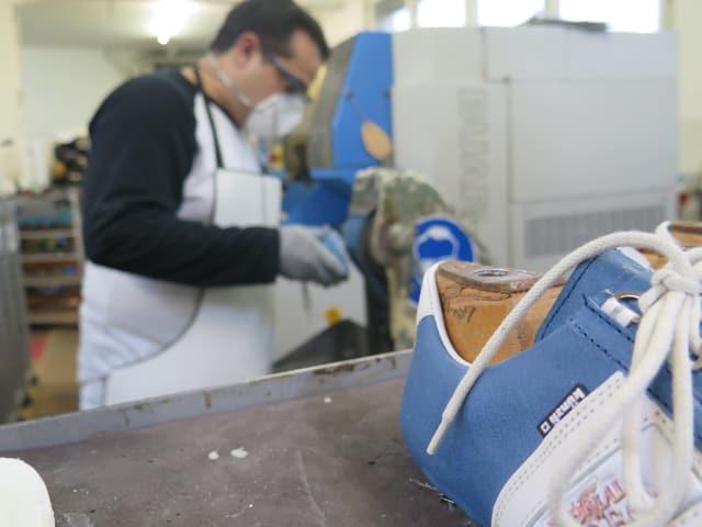 Mann schleift Schuhe ab