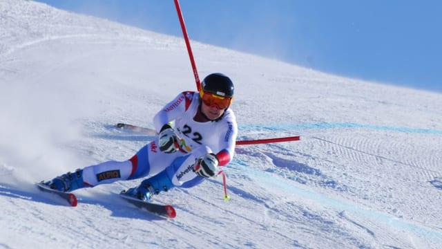 Ein Mann am Skifahren