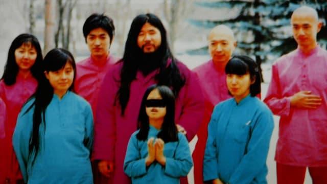 Shoko Asahara inmitten seiner Jünger.