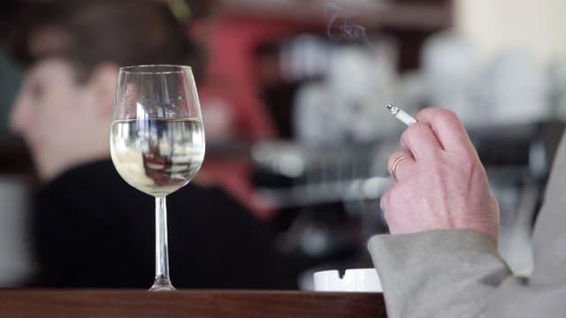 Zigarettenstummel in Hand des Mannes