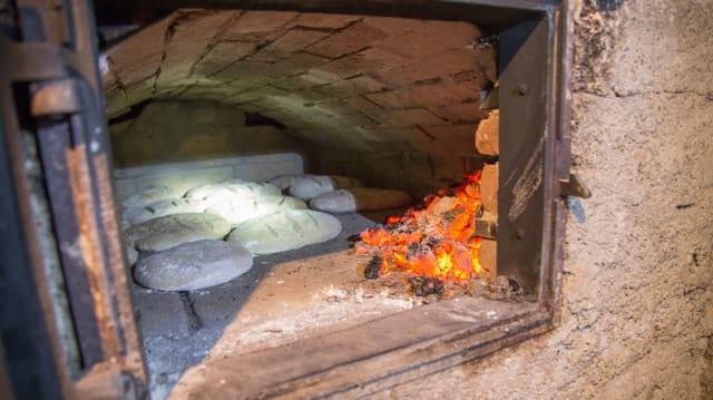 La bucca dal furn cun en il paun e da la vart la burnida.