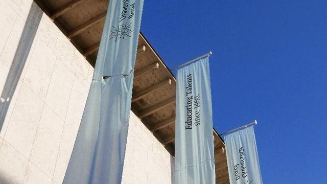 Flaggen an der Fassade der Universität Basel