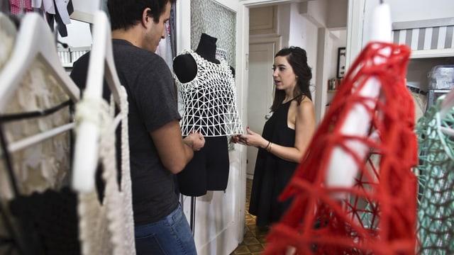 Eine Design-Studentin präsentiert in Ramat Gan (Israel) ihre mit einem 3-D-Drucker hergestellte Kleiderkollektion.