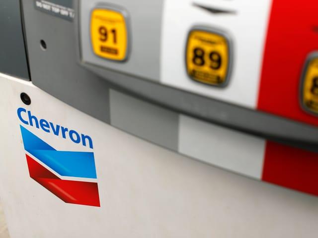 Eine Zapfsäule mit dem Logo von Chevron.