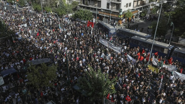 Tausende versammelten sich am Morgen vor dem Athener Strafgericht zu einer Kundgebung gegen Faschismus.