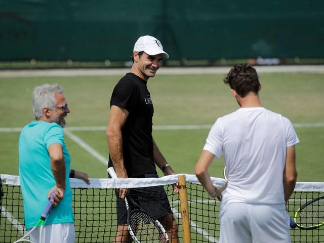 Roger Federer schlug ein Paar Bälle mit dem Österreicher.