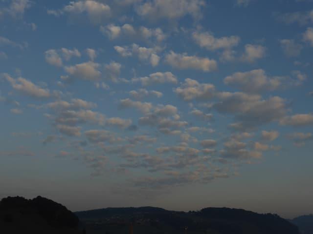 Schäfchenwolken am langsam hell werdendem Himmel.