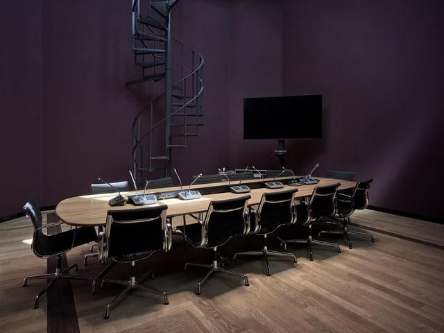 Eine Wendeltreppe führt hinunter in ein Sitzungszimmer.