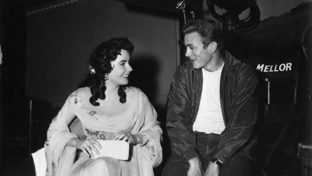 Elizabeth Taylor und James Dean unterhalten sich am Set von «Giant».