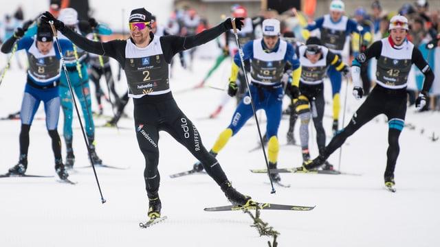 Roman Furger, il victur da l'ediziun 2018 dal Maraton da skis engiadinais en l'arrivada a S-chanf.