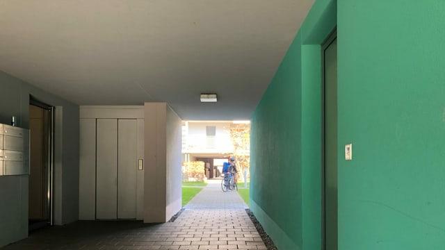 Blick durch einen Durchgang bei einem Block