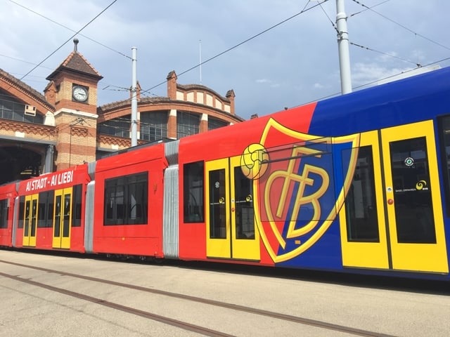 Das rotblau lackierte Tram